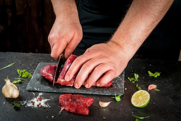 Mężczyzna gotuje mięso wołowe