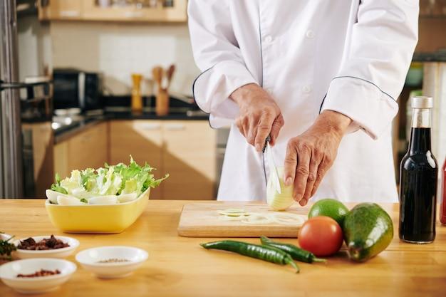 Mężczyzna gotuje w domu