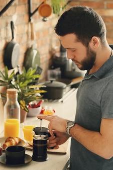 Mężczyzna gotuje w kuchni. śniadanie rano