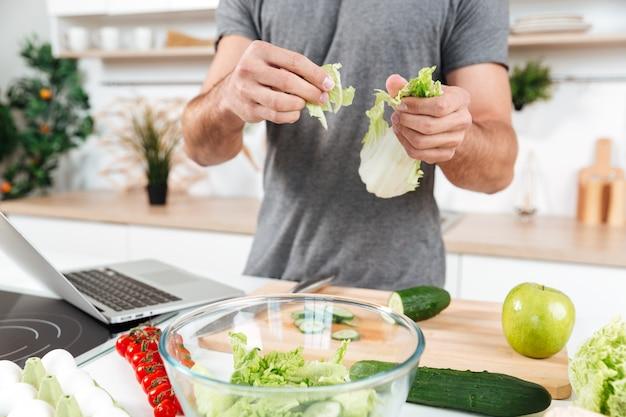 Mężczyzna gotuje w kuchni