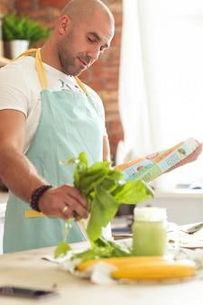 Mężczyzna gotuje