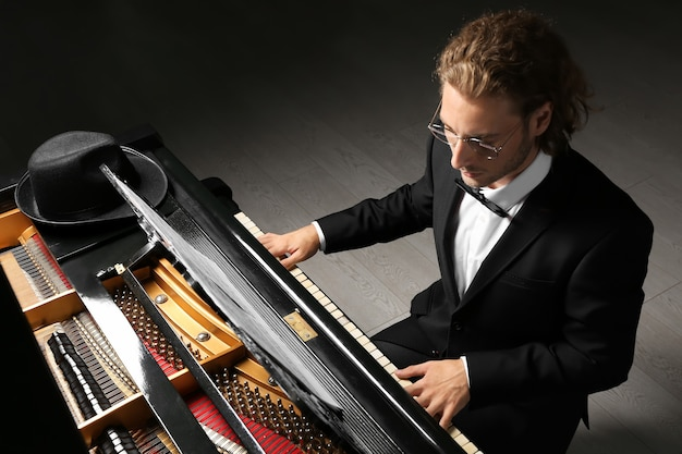 Mężczyzna gra na fortepianie na koncercie
