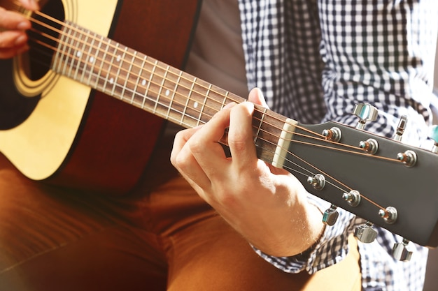 Mężczyzna gra na gitarze akustycznej