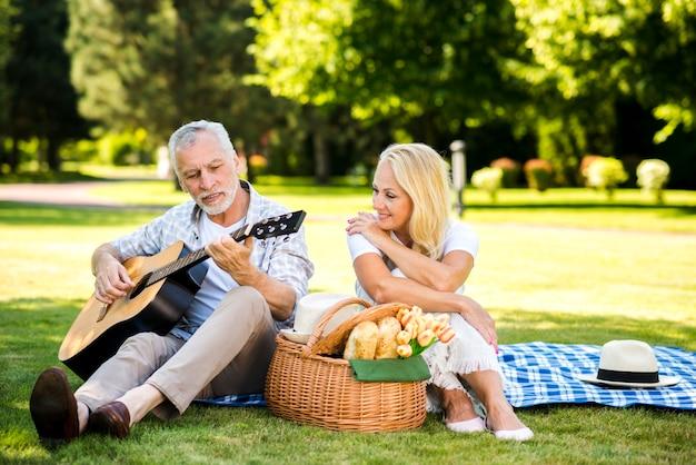 Mężczyzna gra na gitarze dla swojej kobiety