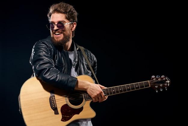 Mężczyzna gra na gitarze, gwiazda rocka, stylowy muzyk na gitarze