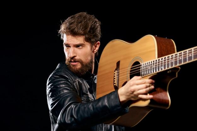 Mężczyzna gra na gitarze, gwiazda rocka, stylowy muzyk z gitarą