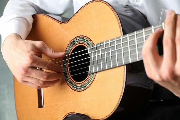 Mężczyzna gra na gitarze klasycznej
