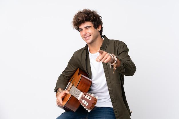 Mężczyzna gra na gitarze na ścianie izolowane