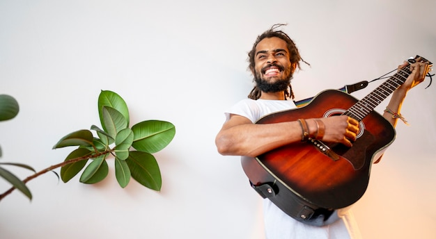Mężczyzna gra na gitarze z miejsca na kopię