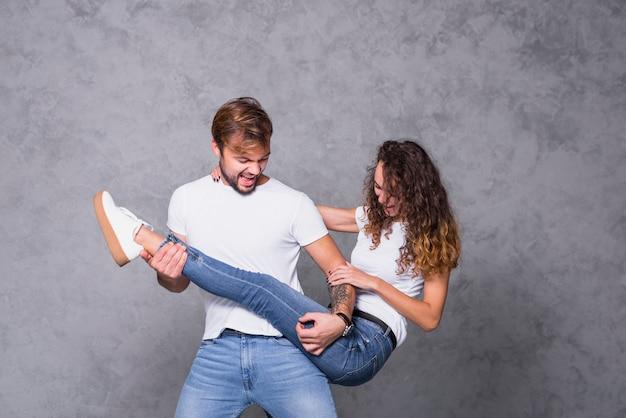 Mężczyzna gra na nodze kobiety jak na gitarze
