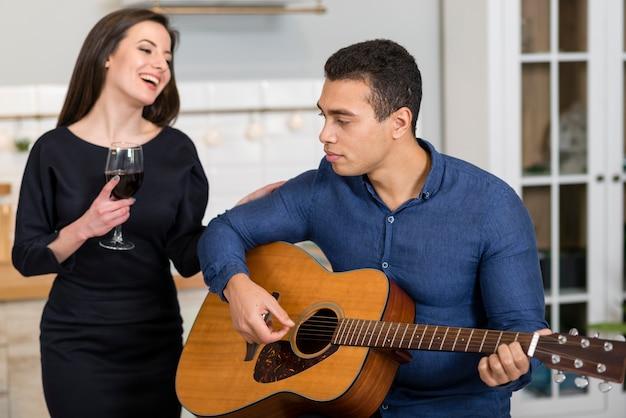 Mężczyzna gra piosenkę dla swojej żony
