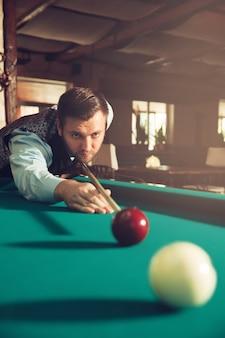 Mężczyzna gra w bilard
