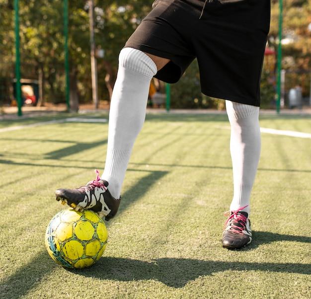 Mężczyzna gra w piłkę nożną na zewnątrz