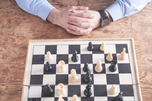 Mężczyzna gra w szachy. koncepcja strategii konkurencji