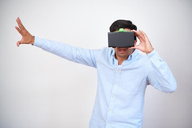 Mężczyzna gra w wirtualnej rzeczywistości