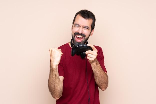 Mężczyzna gra z kontrolerem gier wideo