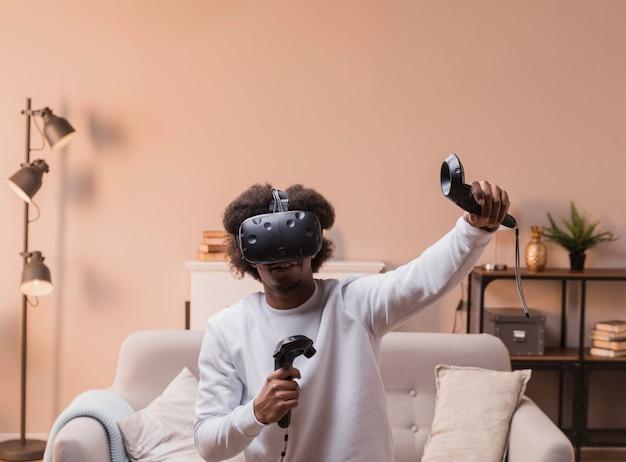 Mężczyzna gra z wirtualnym zestawem słuchawkowym
