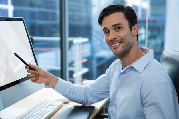 Mężczyzna grafik pracujący przy biurku