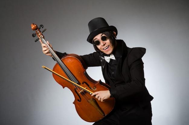 Mężczyzna grający chello