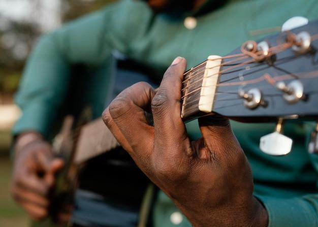 Mężczyzna grający na instrumencie w międzynarodowy dzień jazzu