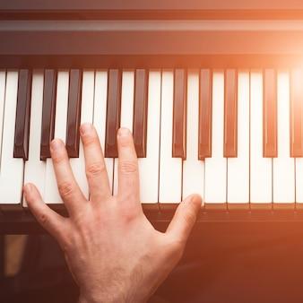 Mężczyzna grający na pianinie, widok z góry
