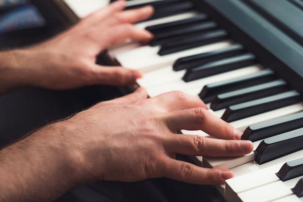 Mężczyzna grający na pianinie z bliska