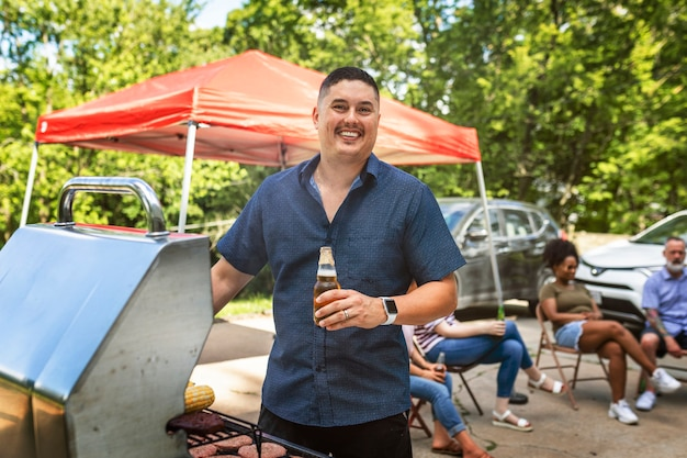 Mężczyzna grillujący na grillu na imprezie na tylnej klapie