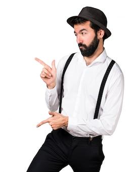Mężczyzna hipster z brodą tańca