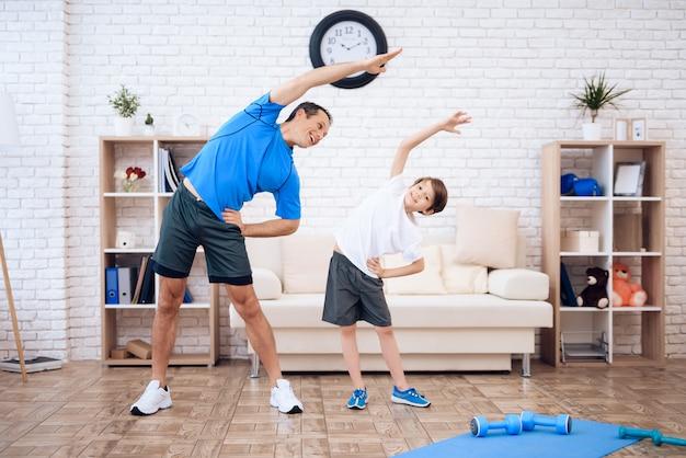 Mężczyzna i chłopiec uprawiają gimnastykę.