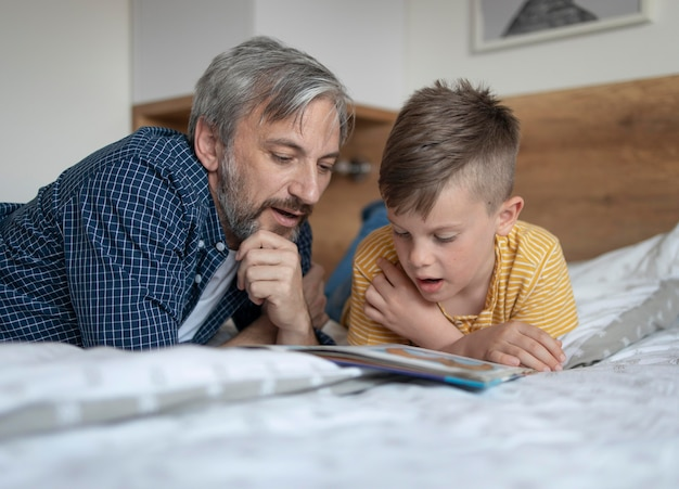 Mężczyzna i dziecko czyta średni strzał