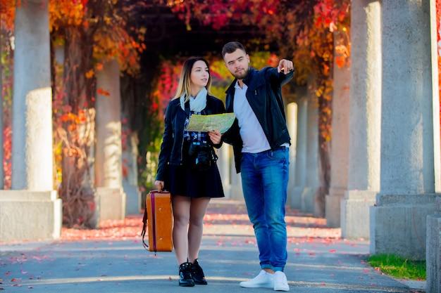 Mężczyzna i dziewczyna pomagają w nawigacji w mieście dla turysty