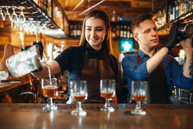 Mężczyzna i kobieta barman w barze