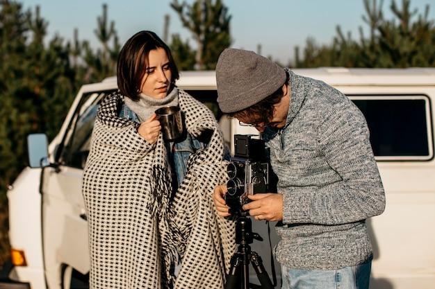 Mężczyzna i kobieta chcą używać aparatu retro