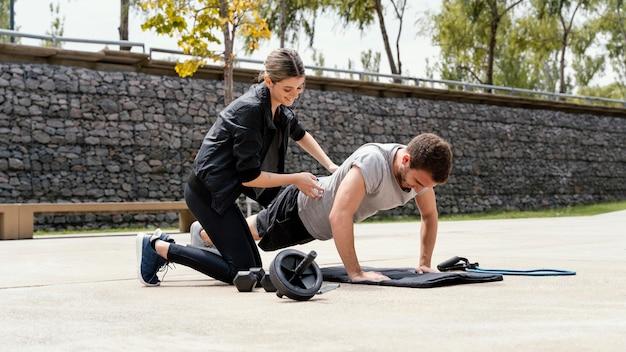 Mężczyzna i kobieta, ćwiczenia razem na świeżym powietrzu