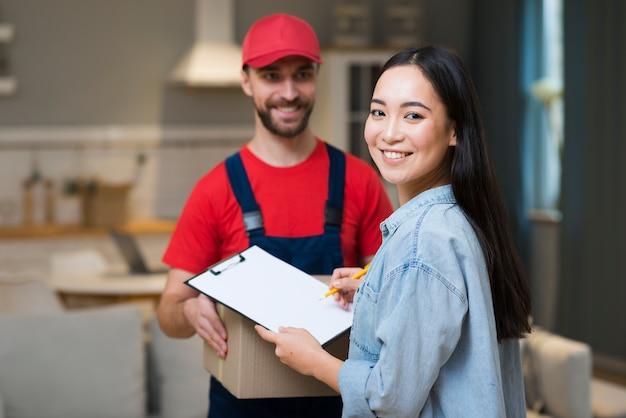 Mężczyzna i kobieta dostawy dostają jej zamówienie