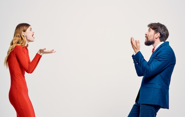 Mężczyzna i kobieta emocje gesty dłoni studio