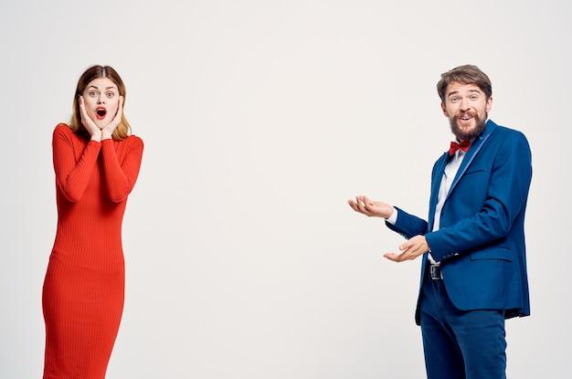Mężczyzna i kobieta emocje gesty rąk jasne tło