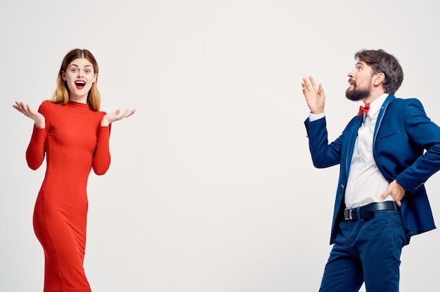 Mężczyzna i kobieta emocje gesty rąk na białym tle