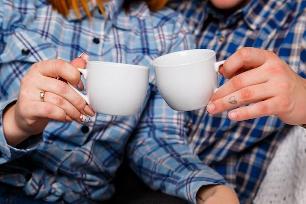Mężczyzna i kobieta filiżanka kawy czułości miłości