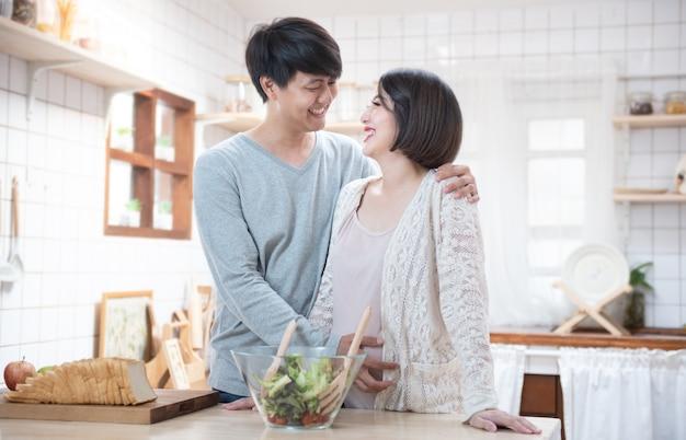 Mężczyzna i kobieta, gotowanie w kuchni
