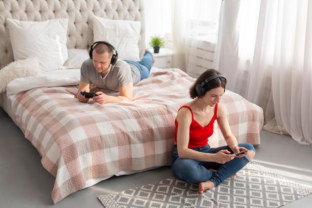 Mężczyzna i kobieta grają w gry wideo