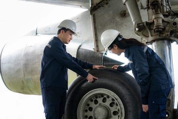 Mężczyzna i kobieta inżynier konserwacji samolotu