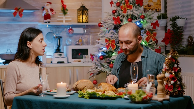 Mężczyzna i kobieta jedzący świąteczny obiad na boże narodzenie