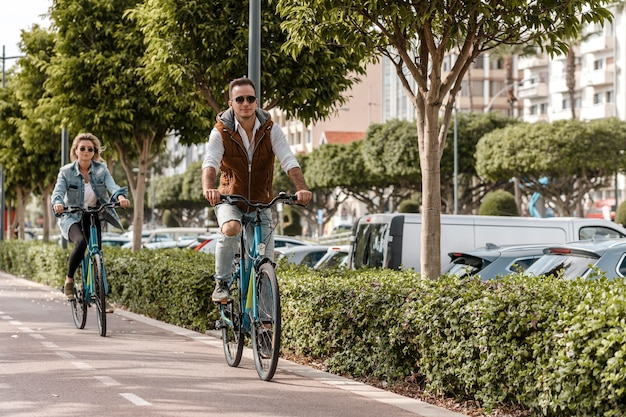 Mężczyzna i kobieta jeżdżą na rowerach