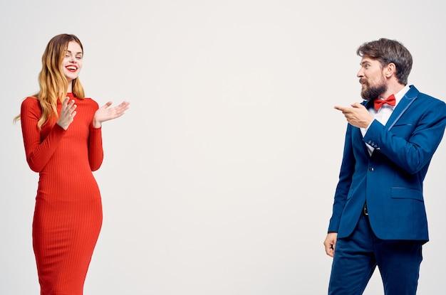 Mężczyzna i kobieta komunikacja moda na białym tle