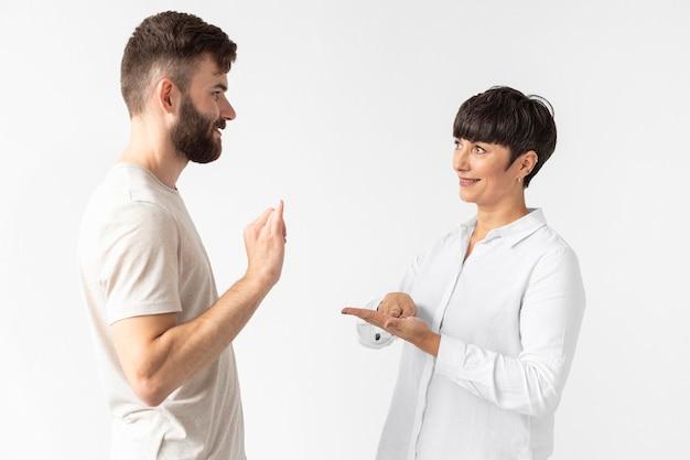 Mężczyzna i kobieta komunikują się za pomocą języka migowego