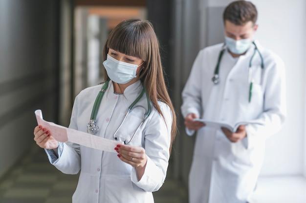 Mężczyzna i kobieta medyków z dokumentami