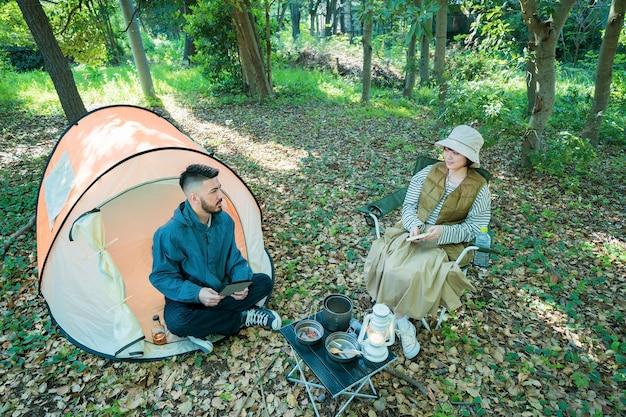 Mężczyzna i kobieta na kempingu w lesie
