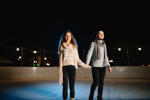 Mężczyzna i kobieta na lodowisku