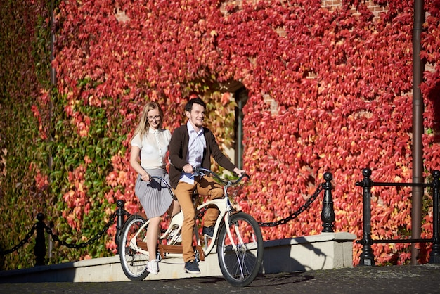 Mężczyzna i kobieta na rowerze razem tandem podwójny rower